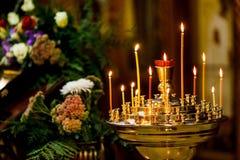Brandende kaarsen op de achtergrond van pictogrammen in Orthodoxe Churc Stock Afbeeldingen