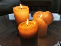 Brandende kaarsen op de lijst Stock Afbeelding