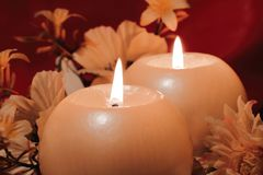 Brandende kaarsen op donkere achtergrond Royalty-vrije Stock Afbeelding