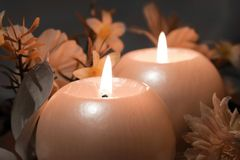 Brandende kaarsen op donkere achtergrond Royalty-vrije Stock Foto