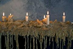 Brandende kaarsen op gesmolten was Vele brandende kaarsen Vele brandende kaarsen Stock Foto