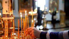 Brandende Kaarsen in Russische kerk stock footage