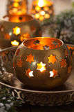 Brandende Kerstmislantaarns en decoratie Stock Foto's