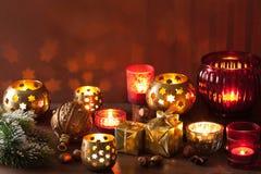 Brandende Kerstmislantaarns en decoratie Royalty-vrije Stock Fotografie