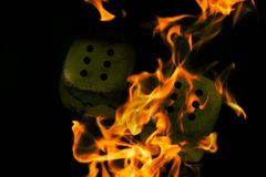 Brandende kubussen dobbel in de brand stock fotografie