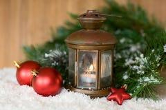 Brandende lantaarn in de sneeuw royalty-vrije stock foto's