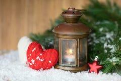 Brandende lantaarn in de sneeuw stock foto's