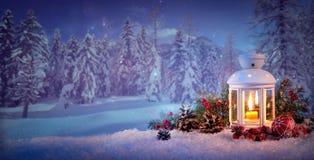 Brandende lantaarn in de sneeuw stock fotografie