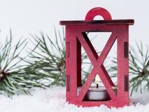 Brandende lantaarn in de sneeuw De achtergrond van het nieuwjaar Stock Afbeelding