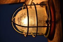 Brandende lantaarn in een metaalgrill stock afbeeldingen