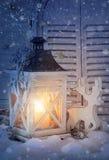 Brandende lantaarn en Kerstmisdecoratie Stock Afbeelding