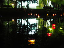 Brandende lantaarns in het water Stock Afbeelding