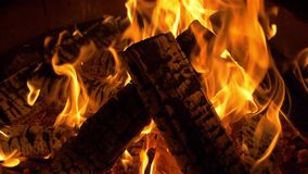 Brandende logboeken, brand, vlam, heet kampvuur, warme nacht, nacht, achtergrond stock footage