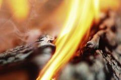Brandende logboeken (macro) Stock Foto's