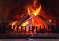 Brandende open haard Het houten branden in een comfortabele open haard thuis in binnenland stock afbeeldingen