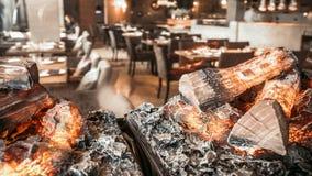 Brandende open haard in het restaurantbinnenland stock footage