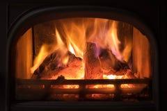 Brandende open haard met houten logboeken die binnen branden Warm licht, r stock afbeeldingen