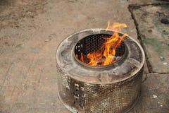 Brandende pot en brand voor verering royalty-vrije stock fotografie