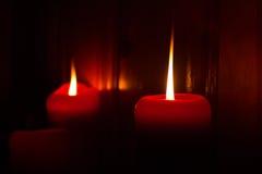 Brandende rode kaarsen Stock Foto's