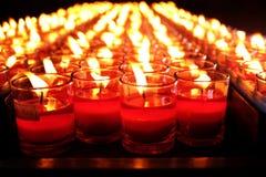 Brandende rode kaarsen Kaarsen lichte achtergrond Kaarsvlam bij nacht Royalty-vrije Stock Fotografie