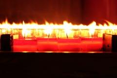 Brandende rode kaarsen Kaarsen lichte achtergrond Kaarsvlam bij nacht Stock Foto