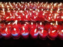Brandende rode kaarsen Kaarsen lichte achtergrond Kaarsvlam bij nacht Royalty-vrije Stock Afbeelding