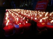 Brandende rode kaarsen Kaarsen lichte achtergrond Kaarsvlam bij nacht Royalty-vrije Stock Afbeeldingen