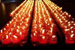 Brandende rode kaarsen Kaarsen lichte achtergrond Kaarsvlam bij nacht Royalty-vrije Stock Foto