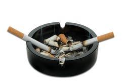 Brandende sigaretten in een asbakje Stock Fotografie