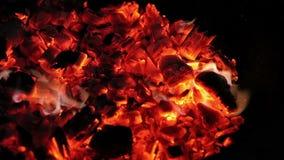 Brandende steenkolen in de avond duisternis op het Eiland Mallorca stock video