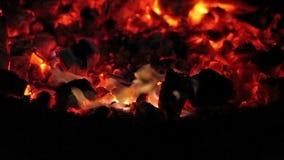 Brandende steenkolen in de avond duisternis op het Eiland Mallorca stock videobeelden