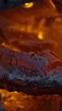 Brandende steenkolen in een brand Royalty-vrije Stock Afbeelding