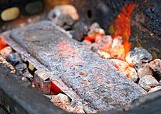 Brandende steenkolen op bbq met oranje vlammen Stock Afbeelding