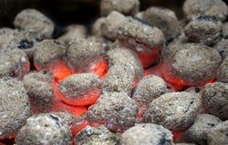 Brandende steenkool in barbecue Stock Afbeeldingen