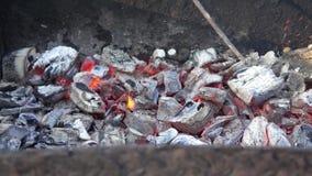 Brandende steenkool in de grill stock videobeelden