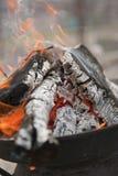 Brandende steenkool in koperslager Stock Foto