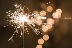 Brandende sterretjetribunes in een glas De donkere achtergrond met defocused multi-colored lichten van slinger royalty-vrije stock afbeelding