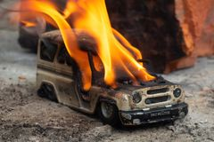 Brandende stuk speelgoed auto stock afbeeldingen
