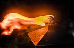 Brandende tikitoorts in de binnenplaats Royalty-vrije Stock Afbeeldingen
