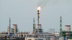 Brandende toorts bij de raffinaderij tegen de grijze hemel stock videobeelden