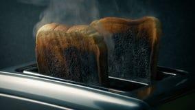 Brandende toost in broodrooster stock videobeelden