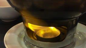 Brandende vlam onder de pot van het roestvrij staalvoedsel bij het restaurant stock footage