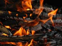 Brandende vlam van het kampvuur Stock Fotografie