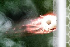 Brandende voetbalbal met staart van vlammen in doel Stock Fotografie