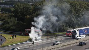 Brandende vrachtwagen op de weg stock videobeelden