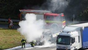 Brandende vrachtwagen op de weg stock footage