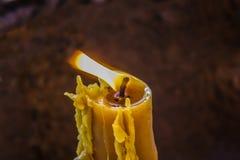 Brandende wiek van een bijenwaskaars Royalty-vrije Stock Afbeelding