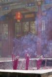 Brandende wierookstokken bij een tempel Stock Fotografie