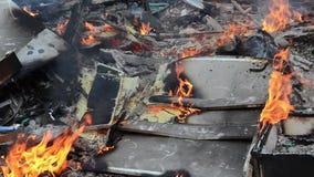 Brandende wilde huisvuilstortplaats Plastic zakken, flessen, afval en vuilnis dichtbij rivier Zwaar vervuilde rivierbank Milieupo stock videobeelden