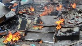 Brandende wilde huisvuilstortplaats Plastic zakken, flessen, afval en vuilnis dichtbij rivier Zwaar vervuilde rivierbank Milieupo stock video